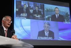 Адвокат Юкоса Пирс Гарднер из студии в Страсбурге общается на видео-пресс-конференции с участием бывшего финдиректора Брюса Мизамора (вверху слева) и бывшего главы компании Стивена Тиди (в центре) в Хьюстоне, а также экс-замглавы Юкоса Юрия Бейлина (вверху справа) в Лондоне 4 марта 2010 года. Освобожденный из тюрьмы Михаил Ходорковский исключил для себя любые попытки вернуть состояние, делавшее его богатейшим в России человеком, но в этом году ожидается финал двух судебных тяжб по многомиллиардным жалобам, связанным с его разгромленной компанией Юкос. REUTERS/Vincent Kessler