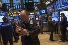 La Bourse de New York a débuté dans le rouge jeudi après des indicateurs économiques inférieurs aux attentes et les prévisions jugées décevantes de Cisco Systems. Une dizaine de minutes après le début des échanges, le Dow Jones perdait 0,52% à 15.881,55 points. Le Standard & Poor's 500, plus large, reculait de 0,44% et le Nasdaq cédait 0,41%. /Photo prise le 12 février 2014/REUTERS/Brendan McDermid