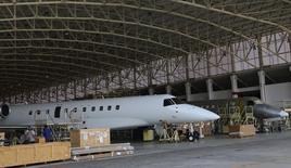 Operários trabalham em linha de montagem da Embraer, em São José dos Campos, São Paulo. A Embraer, maior fabricante de aeronaves regionais do mundo, fechou seu primeiro grande acordo com uma companhia aérea indiana, a Air Costa, por 50 jatos num valor total de 2,94 bilhões de dólares. 14/05/2013. REUTERS/Nacho Doce