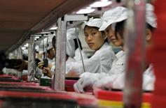 Funcionários dentro de uma fábrica da Foxconn na cidade de Longhua na província de Guangdong. A Apple descobriu um número menor de casos de trabalho infantil em comparação ao ano passado em sua pesquisa anual da cadeia logística internacional que fabrica peças para seus iPhones e iPads. 26/05/2010 REUTERS/Bobby Yip