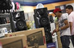 Consumidores olham alto-falantes em uma loja da rede Casas Bahia em São Paulo. As vendas no comércio varejista brasileiro perderam força em dezembro e recuaram 0,2 por cento sobre o mês anterior, registrando em 2013 a menor expansão em dez anos e indicando moderação do consumo no início deste ano. 07/02/2013 REUTERS/Nacho Doce