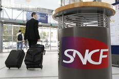 La SNCF, déficitaire en 2013, vise 350 millions d'économies cette année afin d'améliorer sa marge opérationnelle, tout en améliorant de plus de 2% son chiffre d'affaires. /Photo d'archives/REUTERS/Stphane Mahé