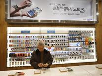 La croissance du marché mondial des smartphones devrait ralentir cette année en raison de l'arrivée d'appareils moins chers qui pèsent sur le prix de vente moyen, selon le cabinet d'études Gartner. Les ventes mondiales de smartphones ont dépassé pour la première fois l'an dernier celles des téléphones mobiles classiques et entre 1,2 et 1,3 milliard de smartphones devraient être vendus en 2014. /Photo prise le 6 janvier 2014/REUTERS/Kim Hong-Ji