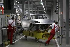 """Chaîne d'assemblage de la Macan dans l'usine Porsche de Leipzig. Le directoire de Porsche s'attellera bientôt à la rédaction d'un nouveau plan stratégique à cinq ans car l'objectif de ventes de 200.000 voitures fixé par le plan actuel, """"Strategy 2018"""", n'est pas loin d'être atteint, selon des sources proches du dossier. /Photo prise le 11 février 2014/REUTERS/Tobias Schwarz"""