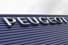 Selon des sources proches du dossier, PSA Peugeot Citroën est proche d'un accord en vue d'une alliance entre sa filiale bancaire et la banque espagnole Santander, qu'il espère annoncer la semaine prochaine en même temps qu'un accord de recapitalisation avec Dongfeng. /Photo d'archives/REUTERS/Régis Duvignau