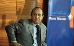 Maroc Telecom, premier opérateur télécoms marocain, a annoncé jeudi une baisse de 17,4% de son bénéfice net annuel à 5,54 milliards de dirhams (494 millions d'euros), conséquence notamment d'une charge fiscale d'un milliard de dirhams. Le président de son directoire, Abdeslam Ahizoune, a précisé que cet accord avait été conclu peu de temps avant l'annonce des résultats. /Photo d'archives/REUTERS/Zohra Bensemra