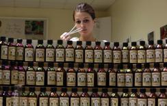 """Caroline De Boutiny, """"nez"""" du fabricant de parfums Galimard à Grasse, pourrait voir son métier affecté par les propositions formulées jeudi par la Commission européenne concernant l'industrie du parfum. Bruxelles opte pour l'interdiction de certaines molécules, pour des recherches plus poussées sur certains ingrédients et une extension des règles d'étiquetage visant à protéger les consommateurs des risques d'allergies. /Photo d'archives/REUTERS/Eric Gaillard"""