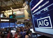 American International Group (AIG) a publié jeudi un bénéfice meilleur que prévu pour le quatrième trimestre et a relevé son dividende. Le groupe d'assurance a réalisé un bénéfice net de 1,98 milliard de dollars (1,45 milliard d'euros), à comparer à une perte de 3,96 milliard un an plus tôt, quand les résultats avaient été affectés par la vente de l'activité de leasing d'avion et le passage de l'ouragan Sandy. /Photo d'archives/REUTERS/Brendan McDermid