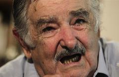 El presidente de Uruguay, José Mujica, habla durante una entrevista con Reuters en su finca a las afueras de Montevideo, 13 de febrero del 2014. Mujica estimó el jueves que la inflación del país sudamericano se ubicará entre un 7 y un 9 por ciento anual, por encima del máximo fijado como objetivo por el Gobierno, aunque consideró que la situación es controlable. REUTERS/Andres Stapff