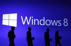 Microsoft a vendu plus de 200 millions de licences de son système d'exploitation Windows 8, lancé il y a 15 mois, un résultat inférieur à celui de Windows 7 qui s'était vendu à 240 millions d'exemplaires au cours de sa première année. Les ventes décevantes de Windows 8 et sa dernière version, Windows 8.1, répondent au fléchissement des ventes d'ordinateurs personnels constaté depuis deux ans au bénéfice des smartphones et des tablettes. /Photo d'archives/REUTERS/Lucas Jackson