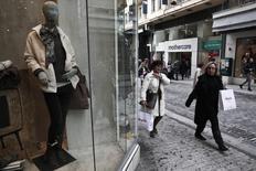 Dans une rue commerçante à Athènes. La récession de l'économie grecque s'est atténuée lors des trois derniers mois de l'année 2013 pour le cinquième trimestre consécutif, selon Eurostat. /Photo prise le 16 janvier 2014/REUTERS/Yorgos Karahalis
