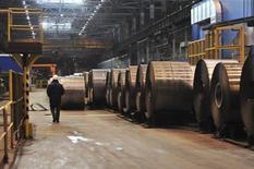 Стальные рулоны в цеху завода НЛМК в Липецке 30 января 2014 года. Европейское стальное лобби Eurofer планирует подать заявление в Европейскую комиссию с обвинениями в демпинге экспортеров электротехнической стали из России и холоднокатаного нержавеющего листа из Китая и Тайваня. REUTERS/Andrey Kuzmin