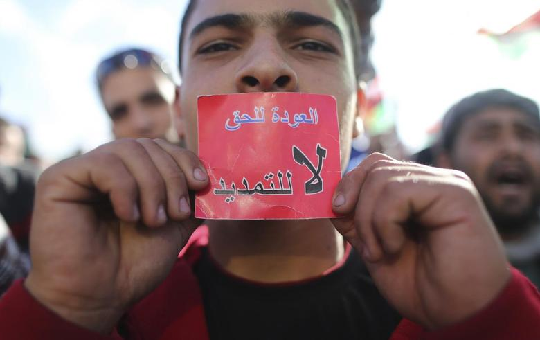 A man holds up a red card, which reads: ''Not extendable'', during a protest in Benghazi February 7, 2014. REUTERS/Esam Omran Al-Fetori