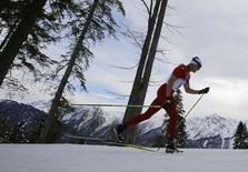 Швейцарский лыжник Дарио Колонья во время гонки на 15 километров на Олимпиаде в Сочи 14 февраля 2014 года. Дарио Колонья выиграл гонку на 15 километров классическим стилем на Олимпийских играх в Сочи. REUTERS/Carlos Barria