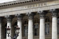 La Bourse de Paris est en hausse à la mi-journée, comme l'ensemble des grandes Bourses européennes, soutenue par les chiffres encourageants de la croissance en France et en Allemagne au quatrième trimestre. A 13h05, l'indice CAC 40 gagne 0,49% à 4.333,94 points. /Photo d'archives/REUTERS/Charles Platiau