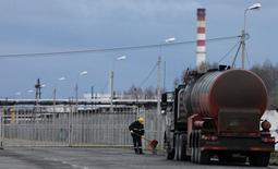 Бензовоз у НПЗ в Ачинске 28 апреля 2011 года. Цены на нефть Brent снижаются и завершат неделю в минусе на фоне ухудшения экономической статистики США и перебоев в поставках нефти из Ливии и Анголы. REUTERS/Ilya Naymushin