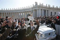 El Papa Francisco saluda tras reunirse con una pareja para celebrar el día de San Valentín en la plaza San Pedro en el Vaticano, feb 14 2014. Las muestras de afecto se volvieron tan comunes como las señales de la cruz en la Plaza San Pedro el viernes, cuando miles de parejas de todo el mundo asistieron a un encuentro especial con el Papa Francisco por el Día de San Valentín. REUTERS/Tony Gentile