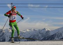 Белорусская биатлонистка Дарья Домрачевана принимает участие в гонке на 15 километров на Играх в Сочи 14 февраля 2014 года. Белорусская биатлонистка Дарья Домрачева выиграла вторую золотую медаль на Играх в Сочи, на этот раз показав лучший результат в гонке на 15 километров. REUTERS/Carlos Barria