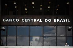 Um homem saindo da sede do Banco Central, em Brasília. A atividade brasileira recuou 1,35 por cento em dezembro, completando dois trimestres negativos, o que indica que a economia entrou em recessão técnica no final de 2013, mostraram dados dessazonalizados do Banco Central nesta sexta-feira. 15/01/2014 REUTERS/Ueslei Marcelino