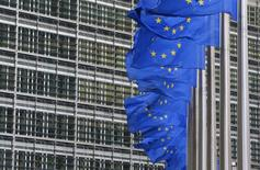 Bandeiras da União Europeia vistas fora da sede da Comissão Europeia em Bruxelas. A economia da zona do euro cresceu mais do que o esperado no último trimestre de 2013 graças a uma expansão mais forte na França e na Alemanha, mostrou nesta sexta-feira a primeira estimativa da Agência de Estatísticas da União Europeia. 22/01/2014 REUTERS/Yves Herman