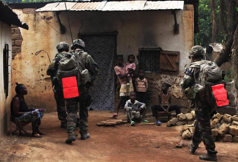 French soldiers conduct a daytime patrol in a neighbourhood in Bangui, after shooting continued overnight in the capital, December 26, 2013. REUTERS/Andreea Campeanu