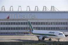 Un avión de Alitalia en la losa del aeropuerto de Fiumicino en Roma, dic 10, 2013. El sindicato de empleados de la aerolínea Alitalia dijo el viernes que había alcanzado un acuerdo con la empresa para evitar el despido de 1.900 trabajadores. REUTERS/Max Rossi