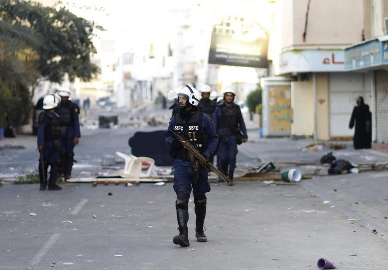 Riot police patrol the streets in the village of Jidhafs, west of Manama, February 14, 2014. REUTERS/Hamad I Mohammed