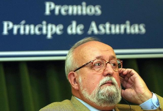 Polish composer and conductor Krzysztof Penderecki listens to a question during a news conference at the Prince of Asturias Awards foundation in Oviedo October 25, 2001. REUTERS/Alonso Gonzalez
