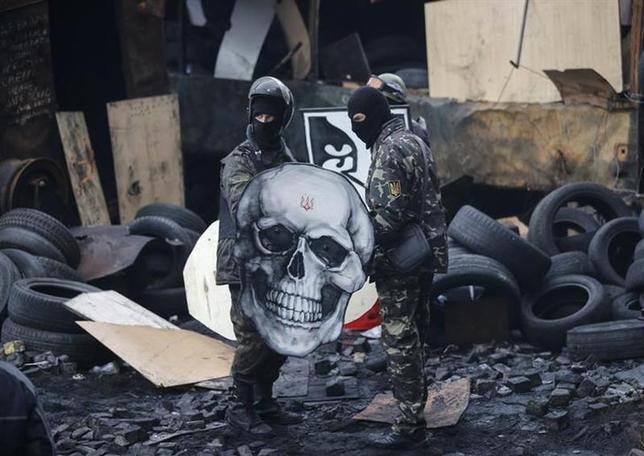 2月12日、混迷するウクライナをめぐり、米国とロシアは冷戦時代に似た試し合いを繰り広げている。写真はウクライナの反政府デモ参加者。首都キエフで11日撮影(2014年 ロイター)