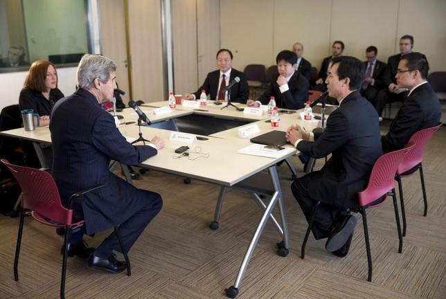 U.S. Secretary of State John Kerry (L) hosts a discussion with Chinese bloggers in Beijing February 15, 2014. REUTERS/Evan Vucci/Pool