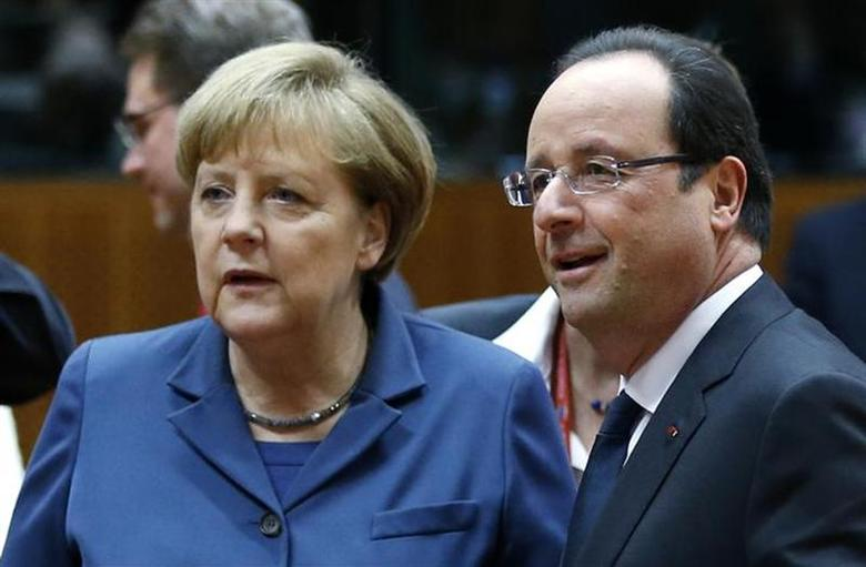 Germany's Chancellor Angela Merkel and France's President Francois Hollande (R) arrive at a European Union leaders summit in Brussels December 19, 2013. REUTERS/Francois Lenoir/Files