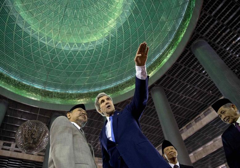 U.S. Secretary of State John Kerry (R) tours the Istiqlal Mosque with Grand Imam K.H. Ali Mustafa Yaqub in Jakarta February 16, 2014. REUTERS/Evan Vucci/Pool