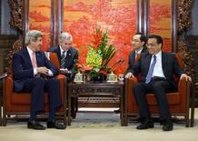 China y Estados Unidos, los dos mayores emisores de gases de efecto invernadero, prometieron el sábado que trabajarán juntos para atenuar los efectos del cambio climático global. El secretario de estado estadounidense John Kerry (I) se reune con el primer ministro chino Li Keqiang en el Zhongnanhai Leadership Compound en Pekín el 14 de febrero de 2014. REUTERS/Evan Vucci/Pool