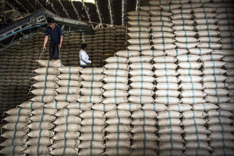 Workers at the Udon Permsin rice mill pile up sacks full of rice to for storage in the northeast province of Udon Thani, Thailand January 21, 2014. REUTERS/Nir Elias