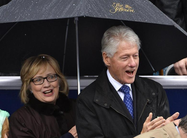 Former U.S. President Bill Clinton (R) and his wife Hillary attend the swearing-in ceremony of Terry McAuliffe as Virginia's governor in Richmond, Virginia, January 11, 2014. REUTERS/Mike Theiler