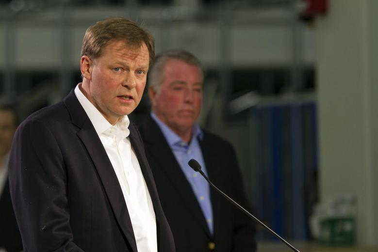 Frank Fischer (L), Volkswagen Chattanooga CEO and Chair, makes remarks at a news conference after the announcement that United Auto Workers (UAW) union lost its bid to represent the 1,550 blue-collar workers at the Volkswagen plant, as Gary Casteel, UAW Region 8 Director, listens, in Chattanooga, Tennessee February 14, 2014. REUTERS/Christopher Aluka Berry