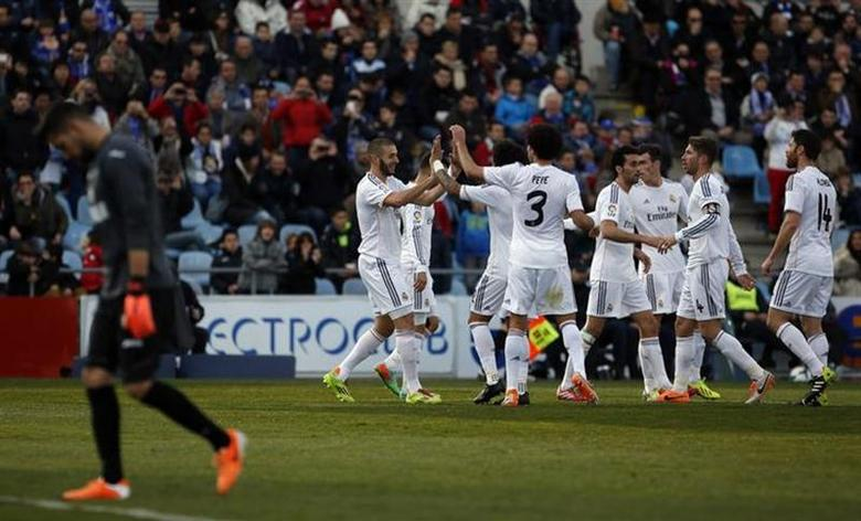 Real Madrid's Karim Benzema (2nd L) celebrates his goal against Getafe with teammates during their Spanish first division soccer match at Coliseum Alfonso Perez stadium in Getafe, outside Madrid, February 16, 2014. REUTERS/Susana Vera