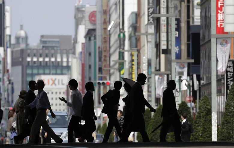 Pedestrians cross a street in Tokyo's Ginza shopping district May 16, 2013. REUTERS/Toru Hanai
