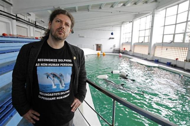 2月14日、ルーマニアの国会議員、レムス・チェルネア氏(写真)が、イルカに人間と同じ権利を与えるための法案を同国議会に提出した(2014年 ロイター/Bogdan Cristel)