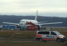 Самолет Ethiopian Airlines в аэропорту Женевы 17 февраля 2014 года. Угнанный самолет Ethiopian Airlines приземлился в международном аэропорту Женевы в понедельник, угонщик задержан, никто не пострадал, сообщила полиция. REUTERS/Denis Balibouse