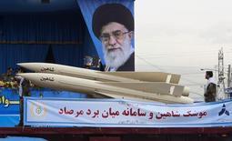EDITORS' NOTE: Reuters and other foreign media are subject to Iranian restrictions on leaving the Тягачи с ракетами Shaheen, частью системы иранской ПВО, проезжают мимо изображения духовного лидера страны аятоллы Али Хаменеи на военном параде в Тегеране 18 апреля 2010 года. Хаменеи сказал в понедельник, что не испытывает оптимизма относительно переговоров о ядерной программе с мировыми державами, хотя и не выступает против, сообщило официальное агентство IRNA. REUTERS/Morteza Nikoubazl