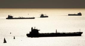 Нефте- и газоналивные танкеры в гавани Марселя 27 октября 2010 года. Цены на нефть Brent опустились до $109 за баррель, так как слабые экономические данные США разочаровали инвесторов. REUTERS/Jean-Paul Pelissier