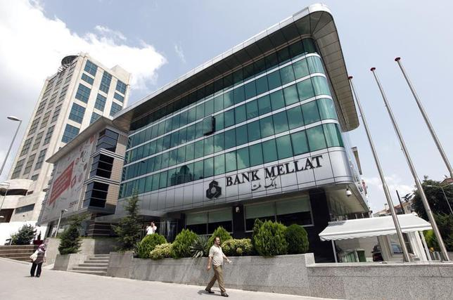 People walk past a branch of Iran's Bank Mellat in Istanbul August 18, 2010. Picture taken August 18, 2010. REUTERS/Murad Sezer