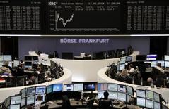 Les Bourses européennes restent stables ou en légère hausse lundi à mi-séance. À Paris, le CAC 40 cède 0,07% à 4.337,21 points vers 12h10 GMT. À Francfort, le Dax gagne 0,08% et à Londres, le FTSE 1%, avec les minières. /Photo prise le 17 février 2014/REUTERS