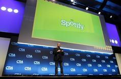 Daniel Ek, directeur général et fondateur de Spotify, au salon CTIA. Le service d'écoute de musique en ligne recrute actuellement un spécialiste des normes de communication financière américaines, alimentant ainsi les conjectures sur la volonté de la start-up suédoise de préparer son introduction en Bourse. /Photo d'archives/REUTERS/Sean Gardner