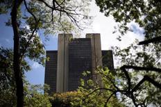 El Banco Central de Brasil en Brasilia, ene 15 2014. Economistas de instituciones financieras redujeron la estimación para el crecimiento del Producto Interno Bruto (PIB) de Brasil en el 2014 a un 1,79 por ciento, desde un 1,90 por ciento, mostró el lunes el sondeo semanal Focus del banco central. REUTERS/Ueslei Marcelino