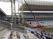 Uma autoridade dos organizadores da Copa do Mundo FIFA no Brasil acompanha visistantes em um tour dentro da Arena Pantanal em Cuiabá. Um inspetor independente vai analisar os possíveis danos estruturais causados por um incêndio em outubro do ano passado no estádio de Cuiabá (MT), que sediará jogos da Copa do Mundo no Brasil, depois que a Reuters revelou um relatório mostrando que o incêndio foi muito pior do que o governo admitiu anteriormente. 13/02/2014 REUTERS/Brian Winter