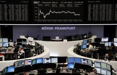 Operadores en sus puestos de trabajo en la Bolsa alemana en Fráncfort, feb 17 2014. Las acciones europeas treparon el lunes a su nivel máximo en tres semanas, extendiendo una escalada alimentada por un flujo de ingreso de fondos récord de inversores que apuestan a una recuperación económica de la región. REUTERS/Remote/Stringer