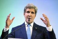 """El secretario de Estado estadounidense, John Kerry, en un discurso sobre cambio climático en Yakarta, feb 16 2014. China calificó el lunes de """"ingenuo"""" el llamamiento del secretario de Estado estadounidense, John Kerry, para una mayor libertad en internet en el país asiático, y cuestionó por qué su conversación con blogueros chinos no abordó el tema de Edward Snowden. REUTERS/Evan Vucci/Pool"""