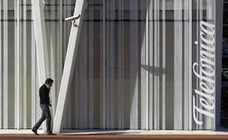 Vodafone a porté plainte contre Telefonica pour abus de position dominante sur le marché espagnol du téléphone, de l'accès internet et la télévision. /Photo d'archives/REUTERS/Albert Gea
